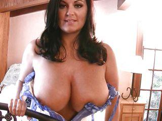 Порно актрисы брюнетки с большой грудью